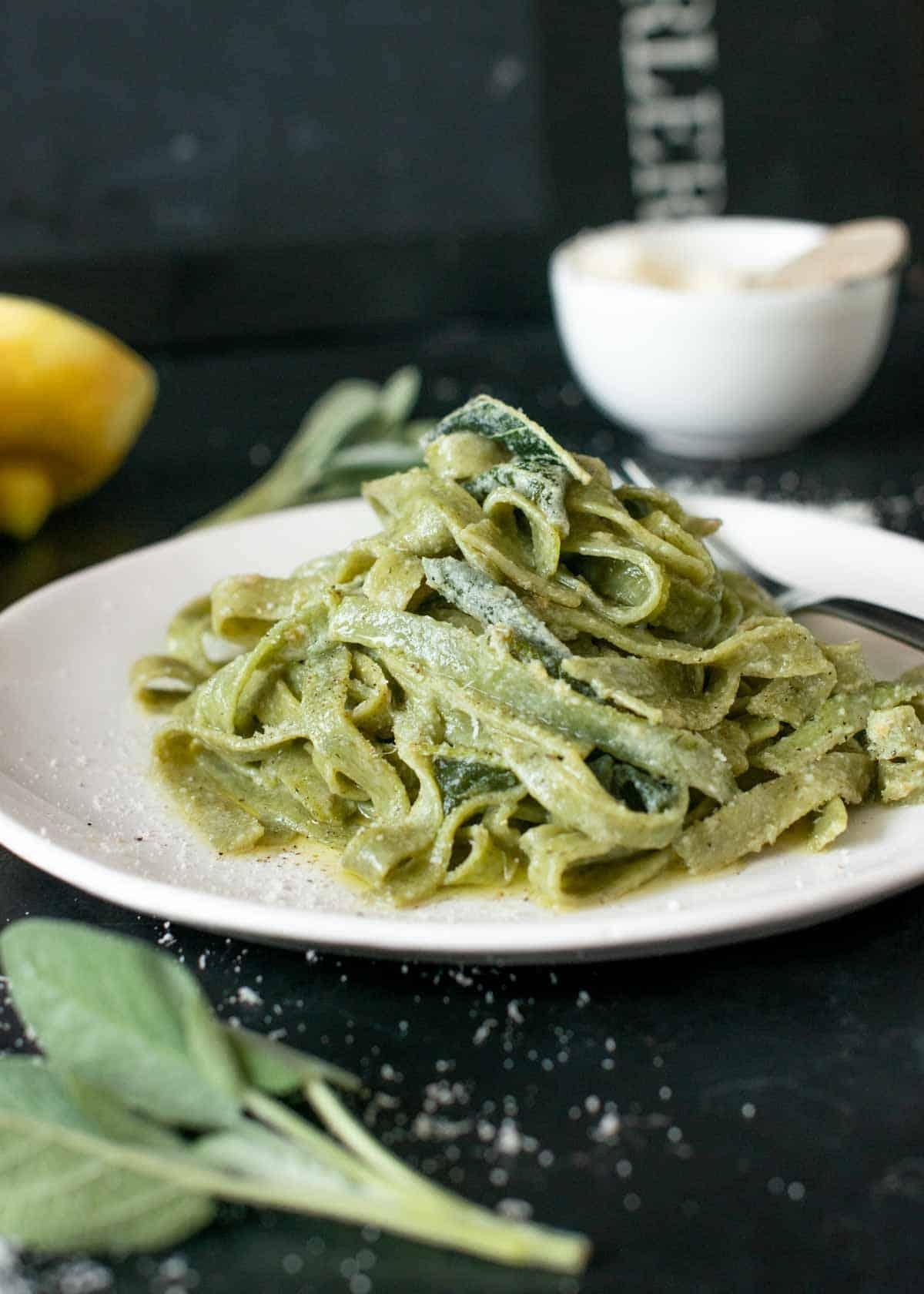 Spinat Nudeln mit Zitronen-Salbeisauce